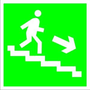 Е13 Направление к эвакуационному (вниз, налево по лестнице)